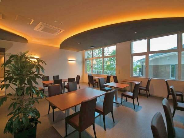 【レストラン】明るい光が差し込む清潔なレストランで美味しい朝食を楽しむ