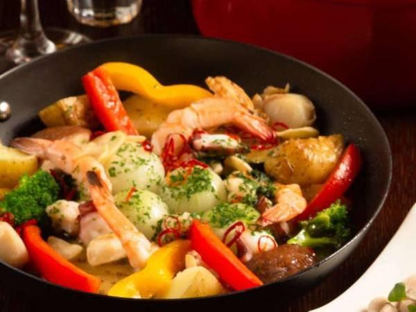 【夕食/一例(変更あり)】新鮮な海鮮と野菜のアヒージョ。ワインでもビールでも相性バツグンの美味しさです。