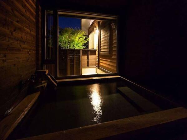【蔓-つる-客室風呂】浴室内の明りを消して外灯だけの様子。晴れた夜は、外灯を消すと・・・