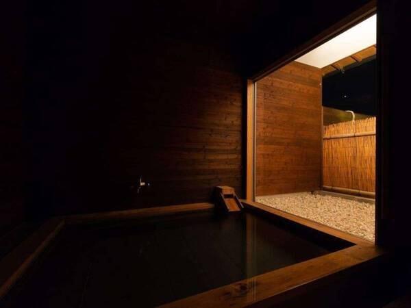 【蕩-とう-客室風呂】浴室内の明りを消して外灯だけの様子。晴れた夜は、外灯を消すと・・・