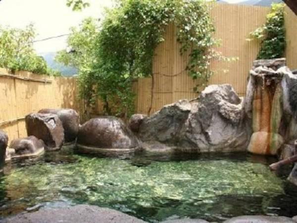 【貸切風呂/露天風呂】昼間は由布岳を望む