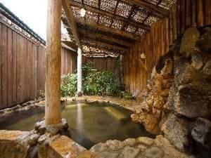 【露天風呂】手作りの広々とした露天風呂は貸切ることができゆったり寛げる