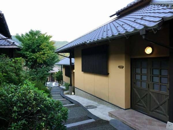 【敷地内】本館を抜けると細長い中庭を挟み8軒の離れが立ち並ぶ