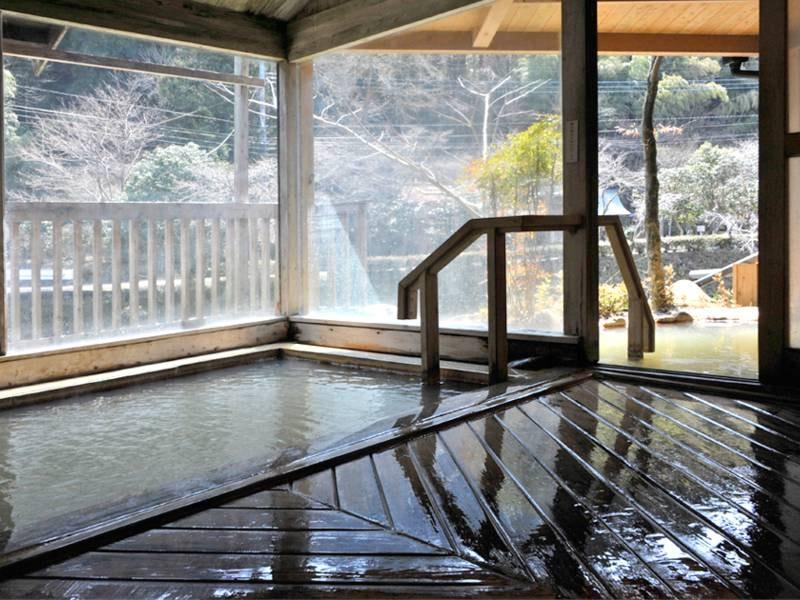 【男性用浴場】源泉そのまま。芹川を眺めながらどうぞ。