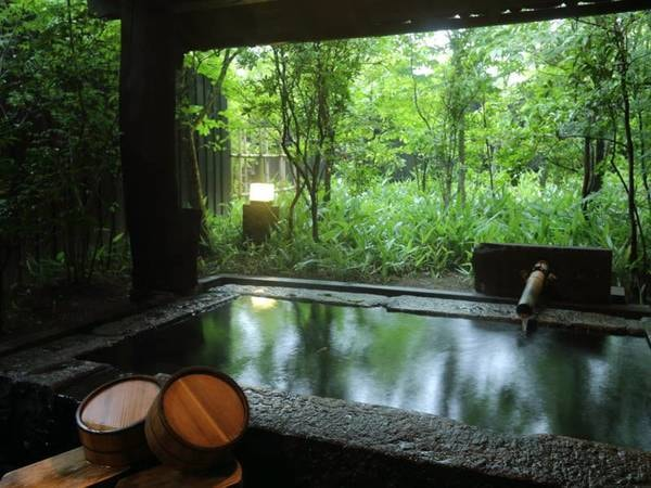 【客室風呂】石を切り出して作った露天風呂をご用意。風の音を感じながら湯あみを楽しむ