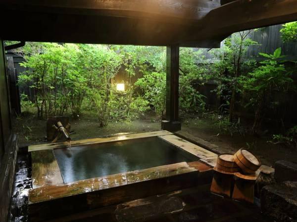 【客室風呂】お風呂は桧風呂をご用意。筋湯の豊富な湯量が浸かるほどに疲れを癒してくれる
