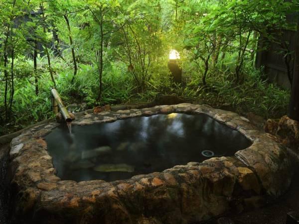 【客室風呂】露天の石風呂をご用意。風の音に耳を傾けながら、日常とは違った癒しの時間をお楽しみください