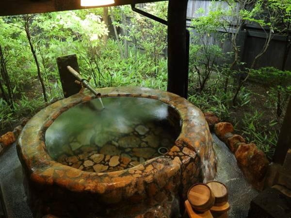 【客室風呂】お風呂はダイナミックな赤い切石の露天風呂をご用意