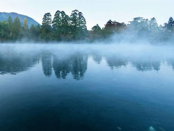 湯布院の代表的な観光スポット「金鱗湖」