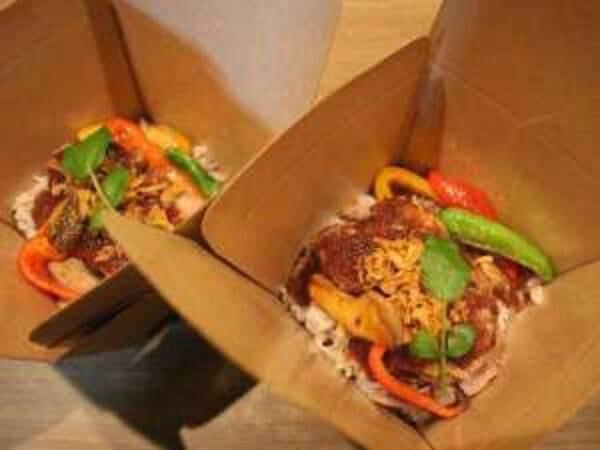 【夜食「カルアポーク丼」/一例】BOX形式なのでお部屋でお召し上がりいただけます!