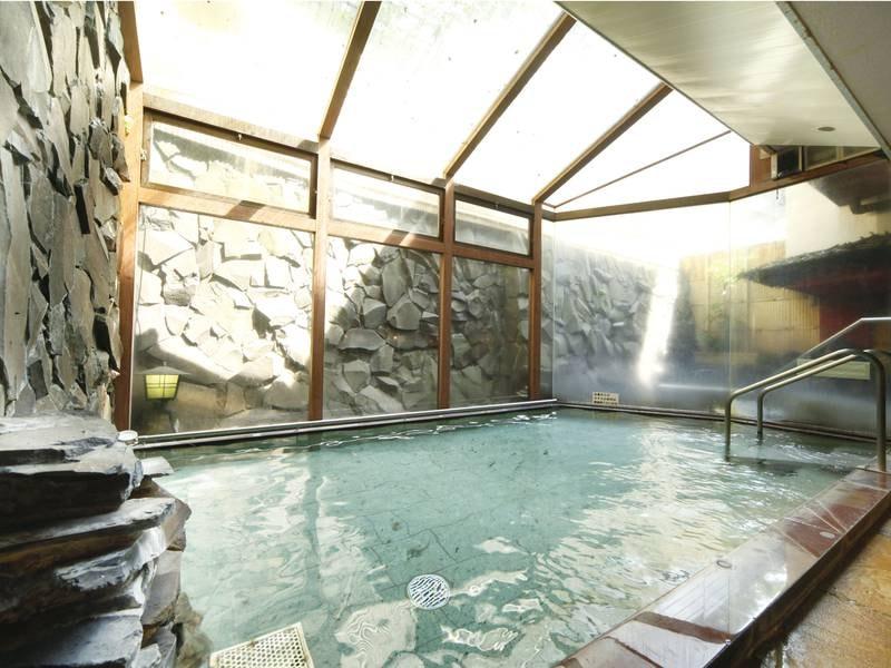 【大浴場】天然ラジウム効果の「北投石」が使われており、体の芯まで温まる