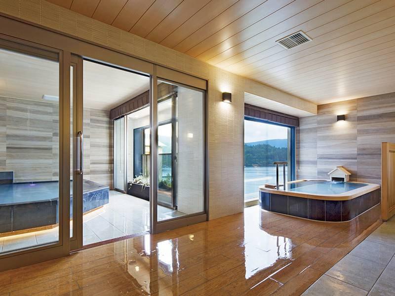 【芦ノ湖の湯】内風呂と半露天風呂の両方から芦ノ湖の眺望を楽しめる