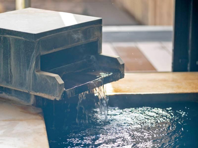 【大浴場「金時湯」】色や温度などお湯の表情が変わることもあり、天然温泉ならではの醍醐味を感じられる