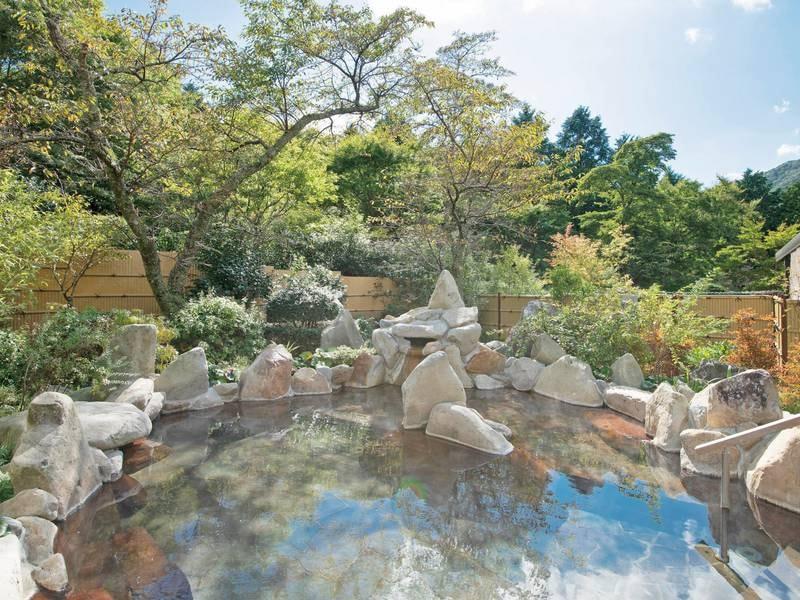 【露天風呂「月」】広大な空を眺めながら開放的な雰囲気を愉しめる