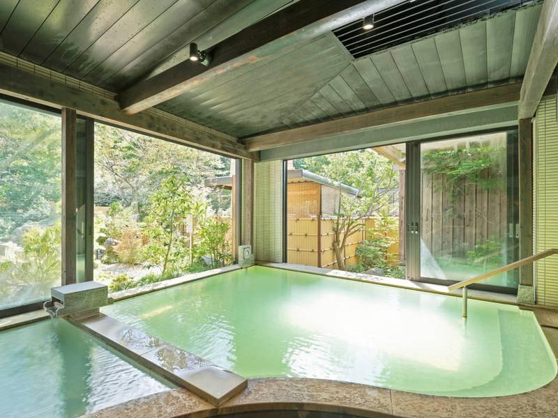 【大浴場「乙女湯」】窓の外に広がる日本庭園を眺めながらのんびり寛げる