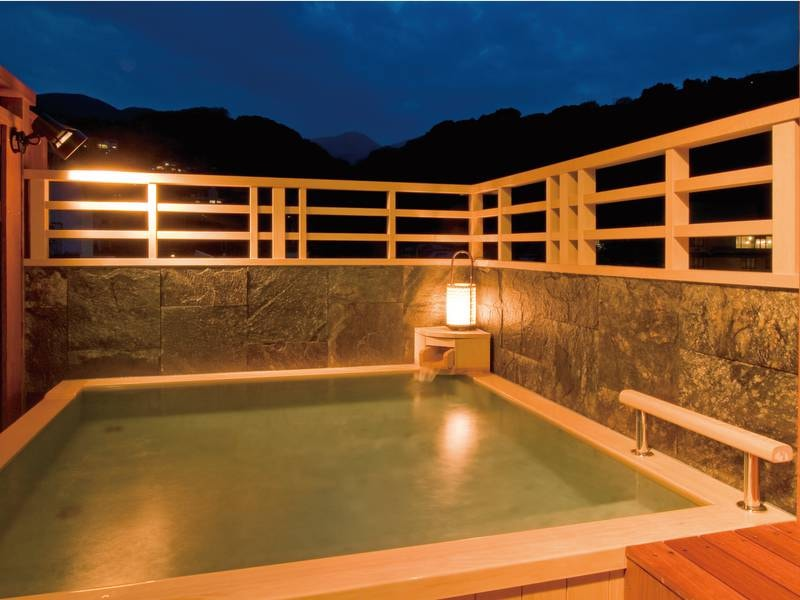 【男性露天風呂】山々の景色とともに、屋根のない開放感たっぷりのお風呂を楽しめる