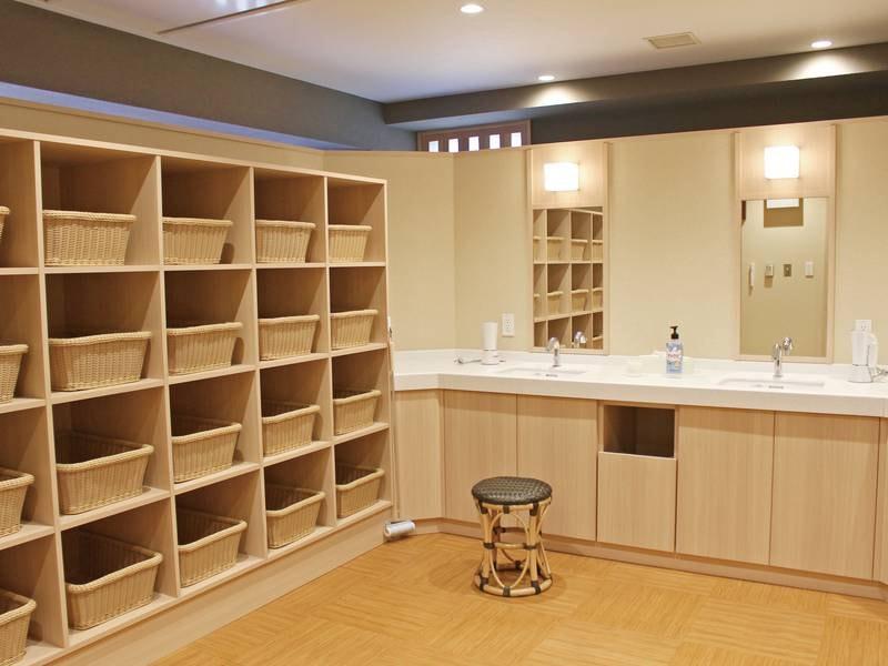 【男性大浴場】ゆったりと広い大浴場で、手足を伸ばし日々の疲れを癒す