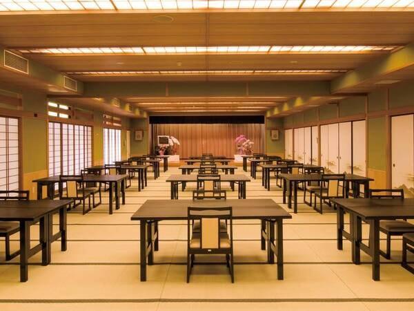【食事会場/例】畳敷きの大広間に椅子テーブル席