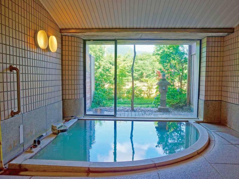 大浴場。ガラス張りからは季節の草木を楽しめる。