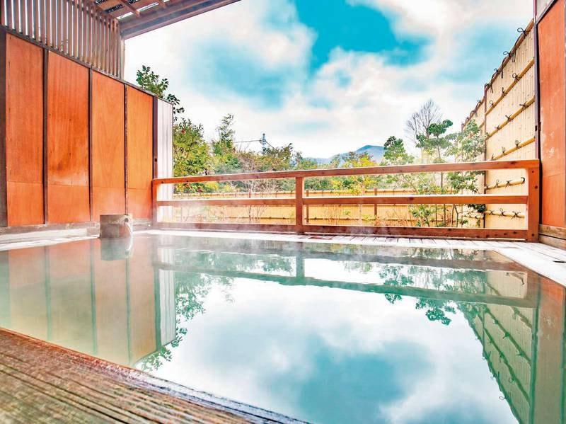 大文字山を望む露天風呂(石風呂)。夜は星空が綺麗。