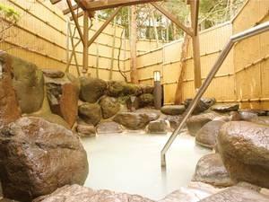 【露天風呂】白濁のにごり湯を贅沢にかけ流しで堪能