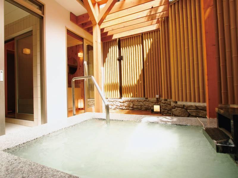 【無料貸切風呂】情緒あふれる竹垣に囲まれた寛ぎ空間でかけ流しを堪能