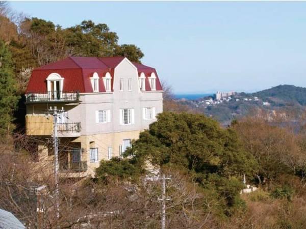 【外観】海・山・街を望む高台に位置する洋館
