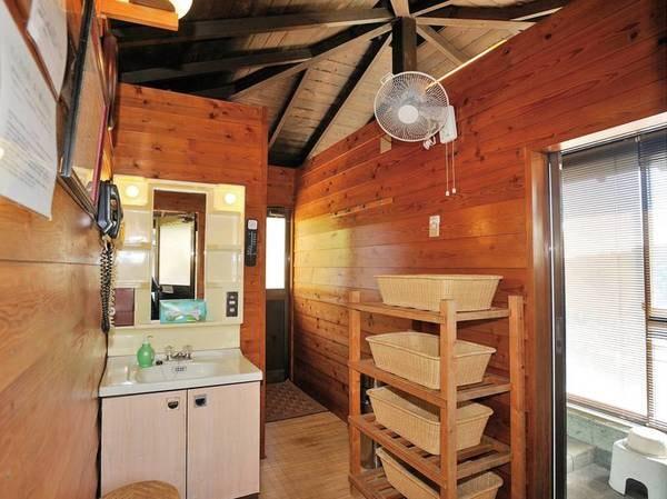 【眺望風呂の脱衣所】温泉棟は敷地内の高台にある一棟建の小屋