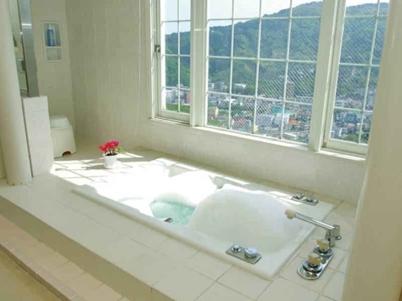 【欧風バス】貸切専用浴場。明るく清潔感溢れる泡風呂