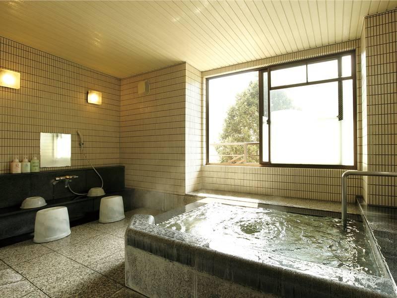 【家族風呂】ひと家族で丁度良い大きさの浴槽で気兼ねなくのんびりできる