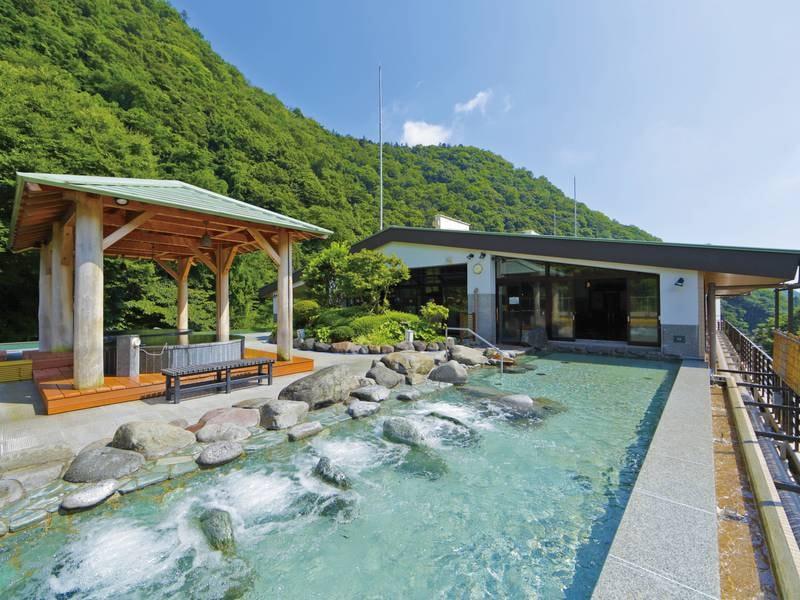 【天空大露天風呂】全長17mの湯殿や開放感抜群!四季折々の箱根の表情を眺めながら湯浴みを愉しむ