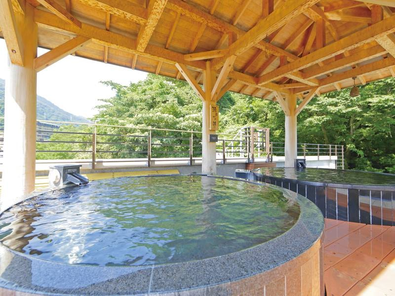 【露天風呂】円形の露天風呂は源泉かけ流し!