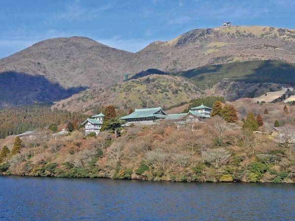外観芦ノ湖畔にたたずむ純和風旅館