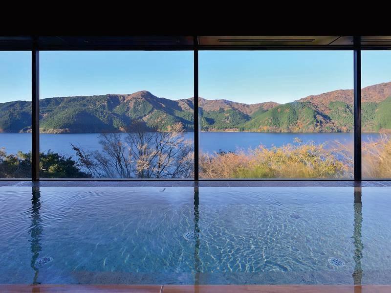 本館内湯(女性)大きな窓からは芦ノ湖を眺められ湯触り滑らかな温泉を楽しめる