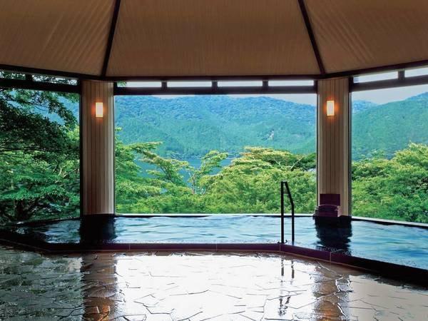 本館浴場(男性)大自然に眺めながら、ゆったりと湯浴みを楽しめる