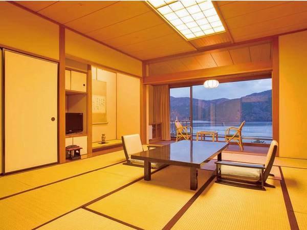 【客室/例】 富士山と芦ノ湖を望む大きな窓が特徴的な合計21.5畳の広々和室