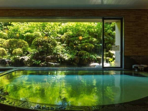 *【大浴場】日本庭園を眺めながらご入浴が可能です