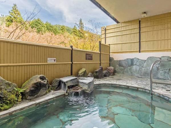 【露天風呂】二ノ平温泉の運び湯が注がれ、箱根山からの清々しい風と共に憩う