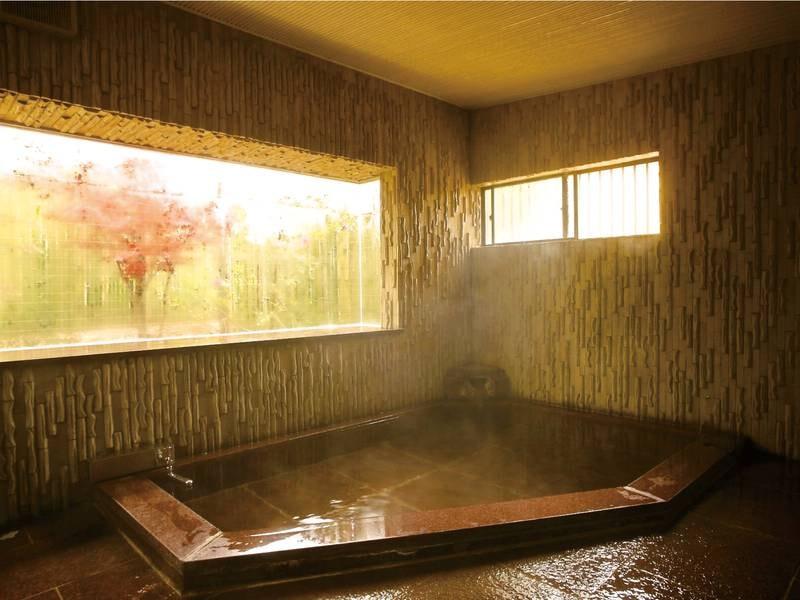 【内湯】こぢんまりとした内湯は20~24時は貸切風呂として利用可能