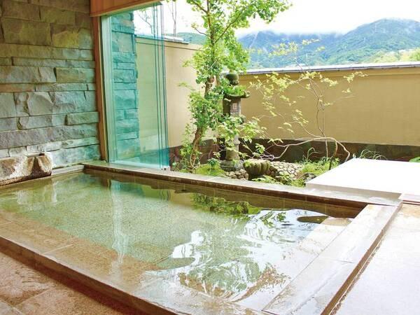 【大浴場/橘の湯】坪庭を眺めながら湯浴み