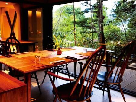 【食事処】夕・朝食ともに手入れされた庭園を望むレストランで