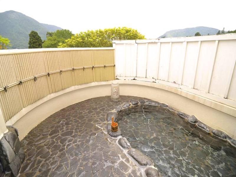 【露天風呂】温泉ではないが、開放感たっぷり!