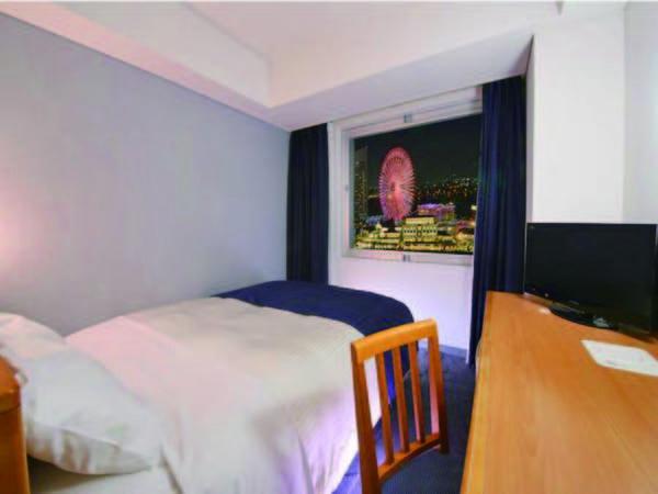 【客室/例】14㎡、ベッド幅140cmと手狭ですが夜景が楽しめるお部屋