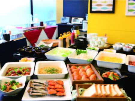 朝食はパン、エッグ、パスタ、焼魚、煮物など和洋バイキング(例)