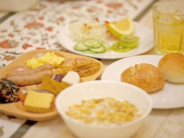 【朝食/例】焼き立てのパンやシリアル、フルーツなど和洋ブッフェスタイル