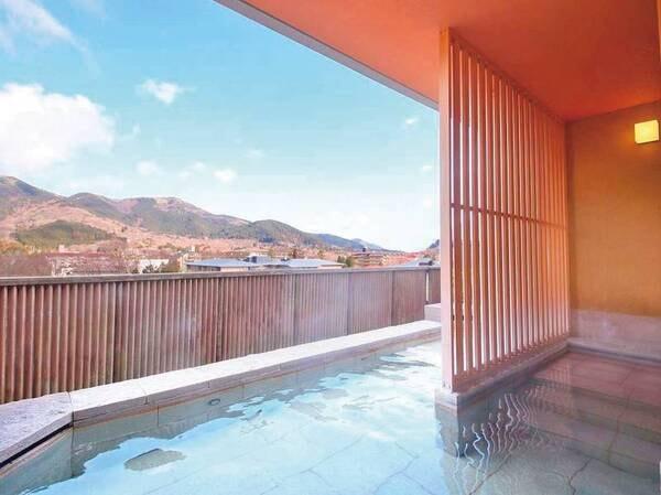 【大浴場】解放感抜群!大きな窓より箱根の山々を眺める