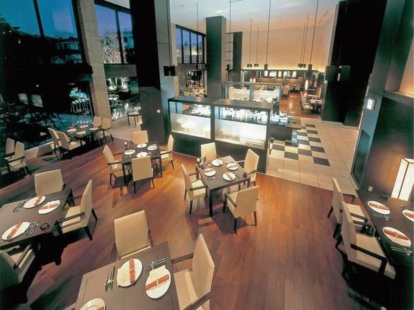 【レストラン】水辺に設けられた、天井の吹き抜けが印象的なダイニング