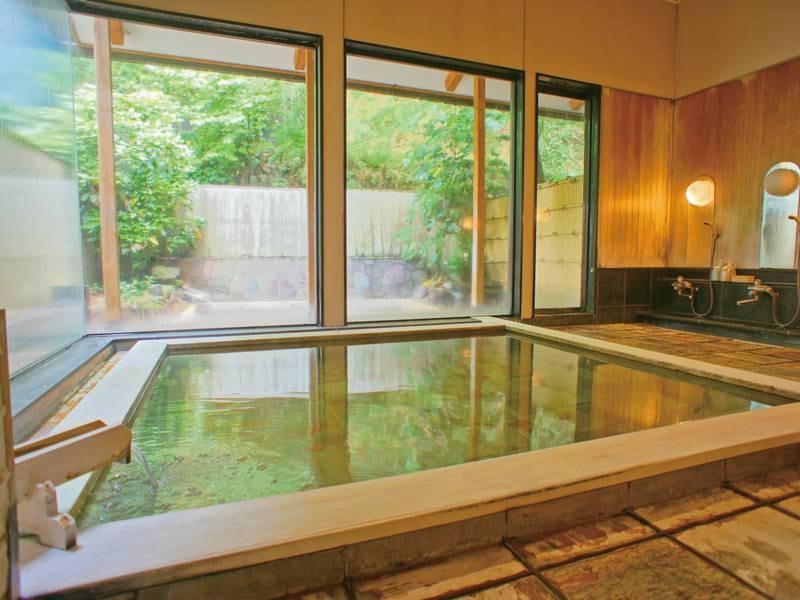 【大浴場/白魚の湯】古代檜を使用した湯船に美人の湯が注ぐ