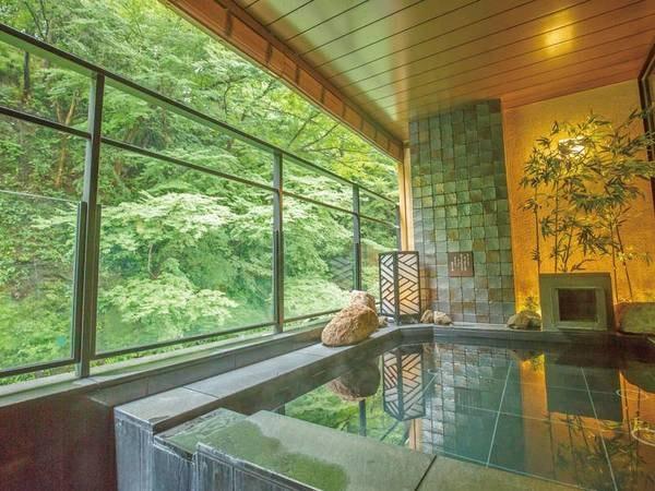 【大浴場「和月(やわらづき)」】露天風呂では川のせせらぎを感じながら旅の疲れを癒す
