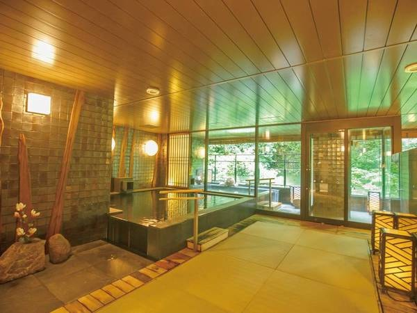 【大浴場「和月(やわらづき)」】和の雰囲気を取り入れた内湯は、畳敷きで足元もあたたか
